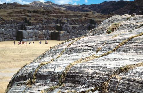 Estrías en plano de falla plegado - Sacsayhuamán (Perú) - 04
