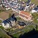 Luftaufnahme von der katholischen Pfarrkirche St. Nikolaus und St. Rochus in Mayschoß, Rheinland-Pfalz
