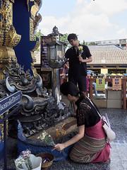 Fieles en el Templo Azul (Wat Rong Suea Ten), Chiang Rai, Tailandia