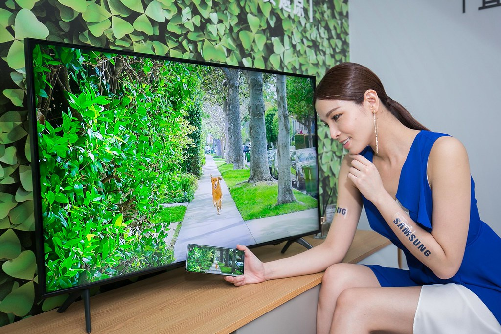 【新聞照片8】全新「感應連結」功能,僅需將手機輕觸電視邊框即可自動偵測連結,投放操作更加直覺。