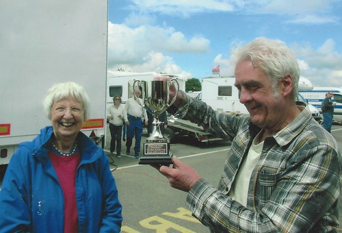 Diana Lindsay presents tropy at Oulton