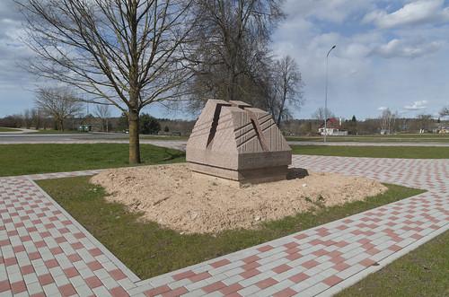 """Piemineklis """"Varoņu altāris"""" latviešu strēlnieku kaujām pie Mazās Juglas 1. pasaules kara laikā, 10.04.2020."""
