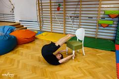 W leżeniu na plecach przenoszenie stóp na krzesło z trzymaniem rękami nóg krzesła (3/3)