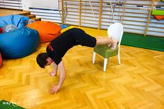 Okrążanie krzesła w podporze z nogami na krześle (2/2)