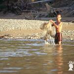 Scene di vita lungo il Sungai Sut, affluente del Rajang, Sarawak, Malesia