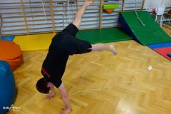 Skoki rozkroczne z nogami na kablu ustawionym w kształt litery V 3/4