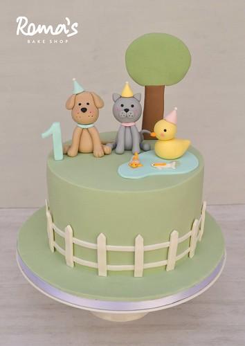 Animals in a farm cake