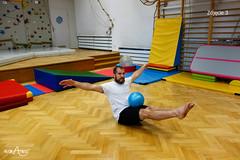 Sturlanie piłki po nogach w siadzie równoważnym 2/2