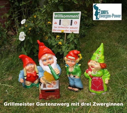 Gartenzwerginnen_und_Grillmeister_Gartenzwerg_am_Grill