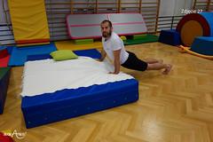 Przejście wzdłuż łóżka w pozycji psa z głową w górę z rękami na łóżku 3/3