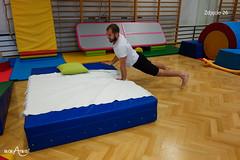 Przejście wzdłuż łóżka w pozycji psa z głową w górę z rękami na łóżku 2/3
