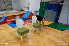 Przejście na czworakach dookoła krzeseł w kształt ósemki 3/3