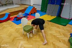 Przejście na czworakach dookoła krzeseł w kształt ósemki 2/3