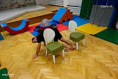 Przejście na czworakach dookoła krzeseł w kształt ósemki 1/3
