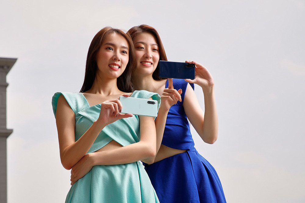 圖說二、Xperia-10-II俐落優雅無邊框設計打造時尚美型質感,擁有6吋21比9-OLED寬螢幕,僅151g機身帶來輕盈手感。(2)