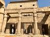 Égypte, Louxor (ancienne cité de Thèbes), Temple d'Amon, Grande cour de Ransès II, Portique du petit temple de Thoutmôsis III adossé au pylône