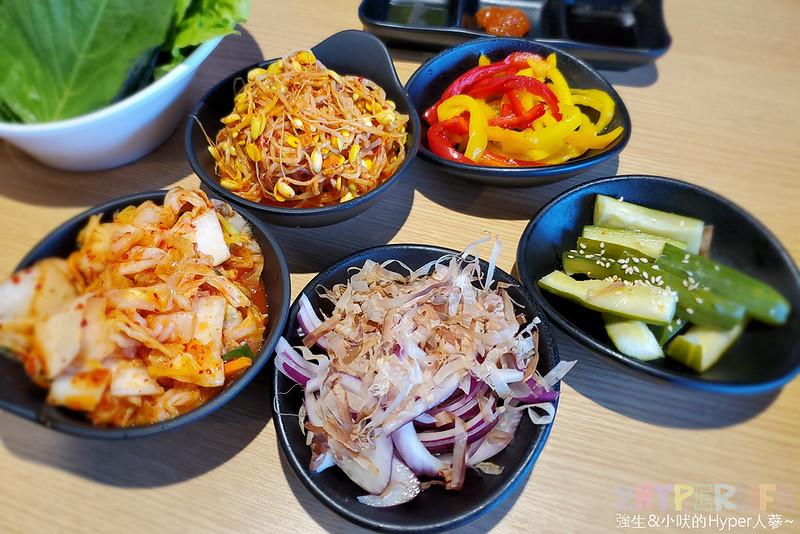 49881631808 3fc4d882f1 c - 有專人代烤的韓式燒肉,烤得恰恰的極厚三層肉搭配芝麻葉生菜包肉好對味~