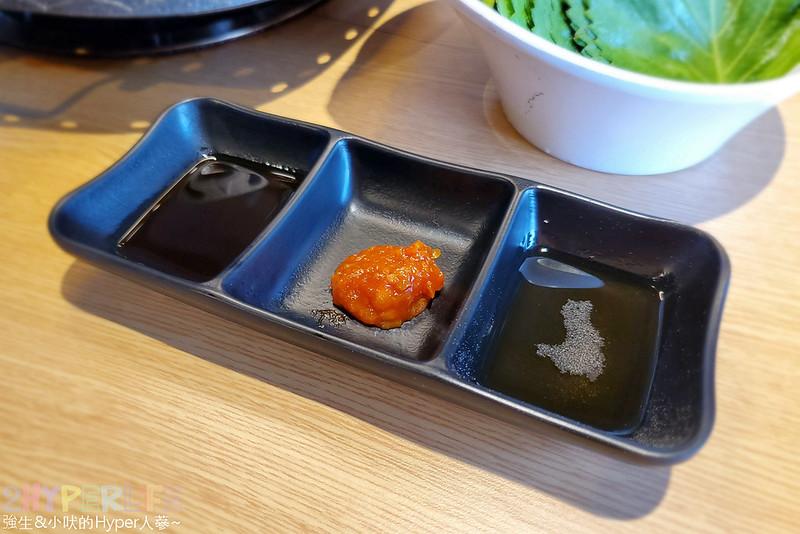 49881631828 e4a458fe3b c - 有專人代烤的韓式燒肉,烤得恰恰的極厚三層肉搭配芝麻葉生菜包肉好對味~
