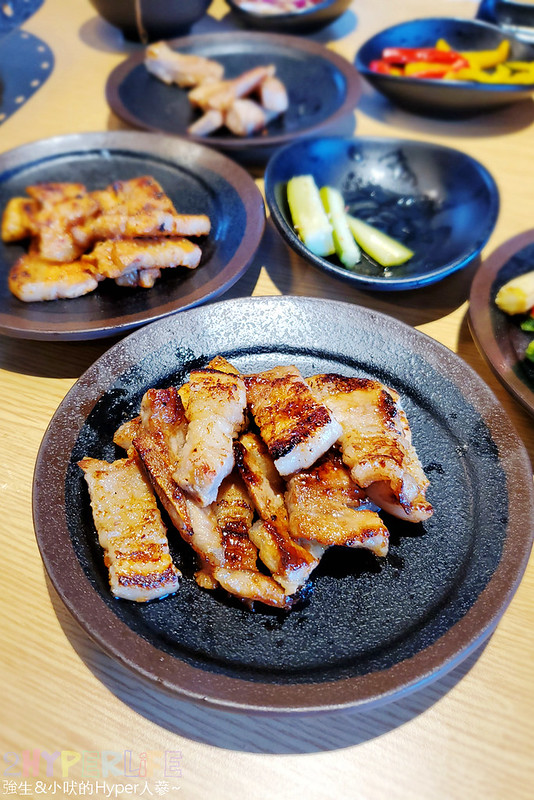 49882158476 54e4386099 c - 有專人代烤的韓式燒肉,烤得恰恰的極厚三層肉搭配芝麻葉生菜包肉好對味~