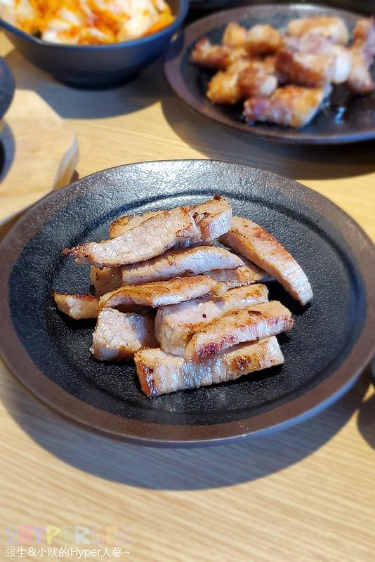49882158591 9037726917 c - 有專人代烤的韓式燒肉,烤得恰恰的極厚三層肉搭配芝麻葉生菜包肉好對味~