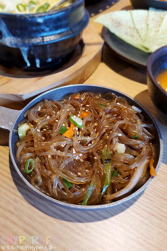 49882467212 32c0eb722f c - 有專人代烤的韓式燒肉,烤得恰恰的極厚三層肉搭配芝麻葉生菜包肉好對味~