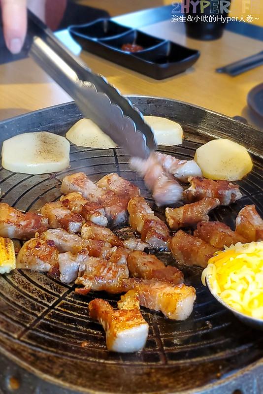 49882467437 4d377b7a33 c - 有專人代烤的韓式燒肉,烤得恰恰的極厚三層肉搭配芝麻葉生菜包肉好對味~