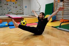 Staczanie piłki po prostych nogach w siadzie równoważnym 1/2