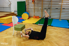 Przeniesienie nóg na krzesło w leżeniu tyłem 2/3