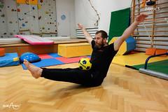 Staczanie piłki po prostych nogach w siadzie równoważnym 2/2