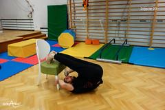 Przeniesienie nóg na krzesło w leżeniu tyłem 3/3