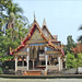 Pavillon bouddhique sur la rive d'un Khlong (Bangkok, Thaïlande)