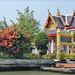 Temple bouddhique sur la rive d'un Khlong (Bangkok, Thaïlande)