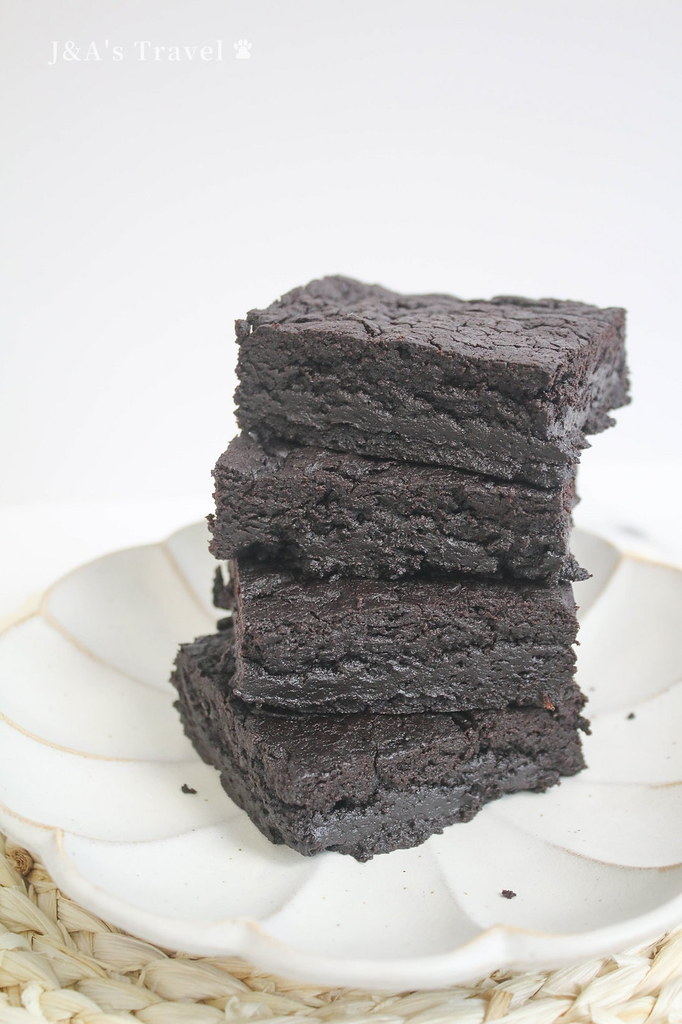 【甜點食譜】巧克力布朗尼 Chocolate Brownies 外酥內軟帶點微黏口感,搭配香草冰淇淋超邪惡 @J&A的旅行