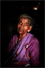 Portrait d'une Indienne en sari au village