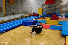 W siadzie równoważnym przenoszenie skakanki nad i pod nogi 2/3
