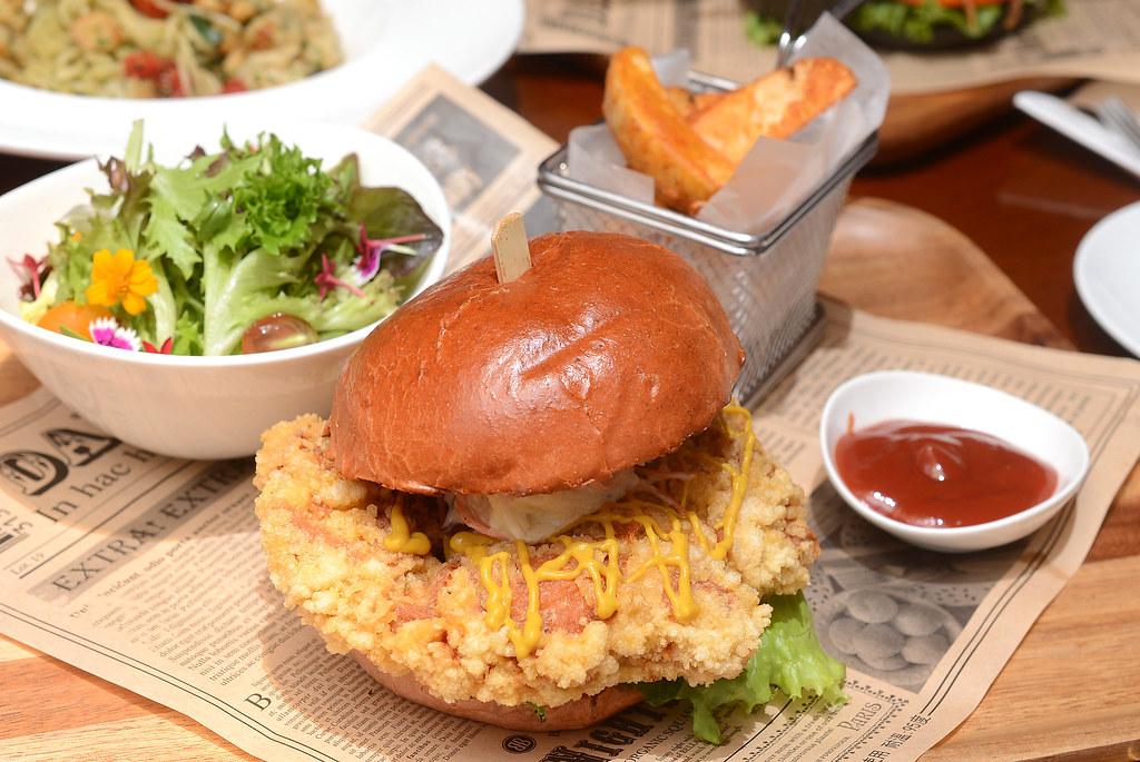 歐華酒店歐麗蛋糕坊 BBQ酥脆雞腿紅麴漢堡1