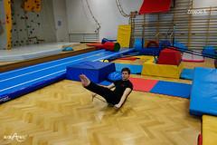 W siadzie równoważnym przenoszenie skakanki nad i pod nogi 1/3