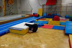Z leżenia tyłem przy łóżku przenoszenie nóg na łóżko