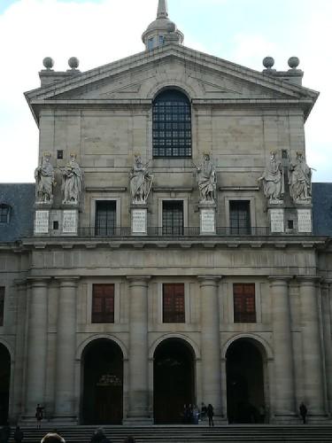 Galería de los reyes y portada de la iglesia de San Lorenzo del Escorial (Madrid)