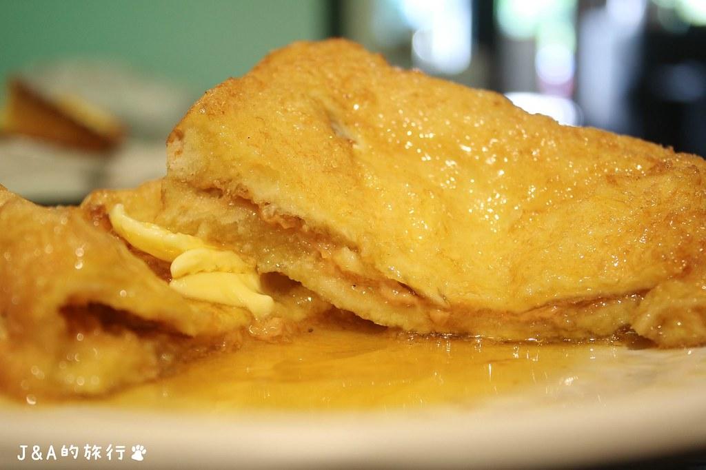叉燒煎蛋飯甜鹹涮嘴、肉質緊實不油膩,鴛鴦奶茶濃郁滑順。龍星冰室 @J&A的旅行