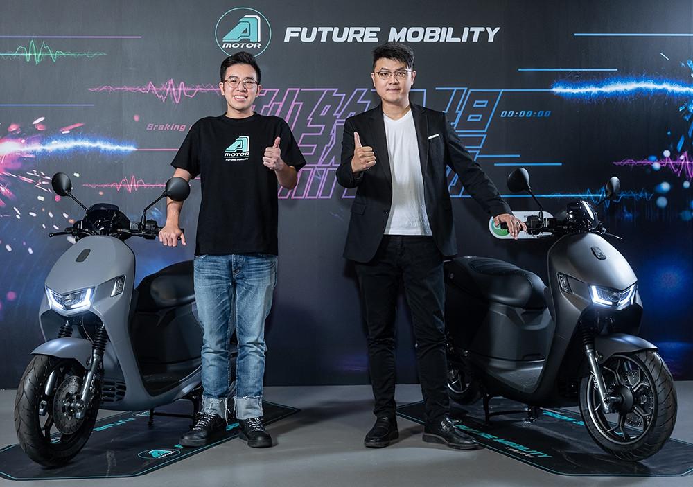 宏佳騰智慧電車Ai-1-Sport-ABS車款登場,宏佳騰智慧電車特助鍾亞成(圖左)與執行長林東閔與新款智慧電車合影1