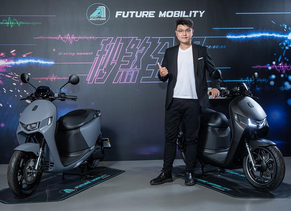 宏佳騰今發表Ai-1-Sport-ABS車款,搶攻暑假商機,圖為宏佳騰智慧電車執行長林東閔與新款智慧電車合影