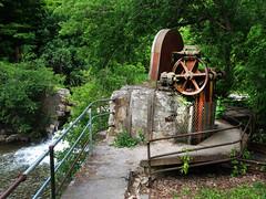 Anglų lietuvių žodynas. Žodis grist reiškia n grūdai (malimui); to bring grist to the mill atnešti pelną, naudą lietuviškai.