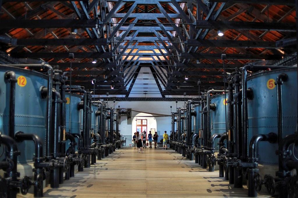 (圖2)台南山上花園水道博物館內陳設著水泵馬達以及濾水結構