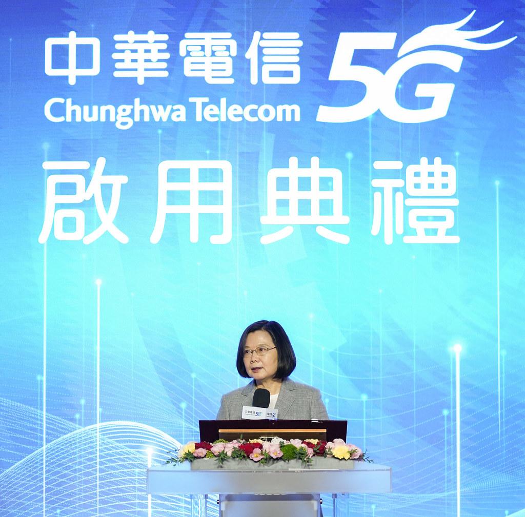 新聞照片2_蔡英文總統親臨中華電信5g啟用典禮,體驗應用服務,宣布台灣邁向行動科技新紀元。