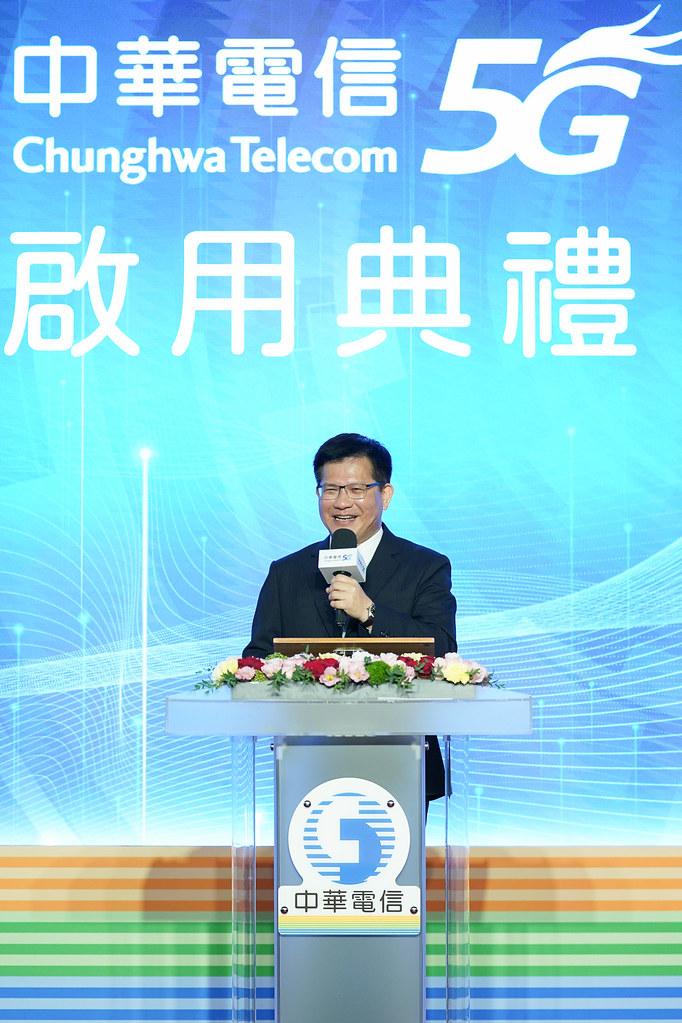 新聞照片3_交通部部長蒞臨中華電信5g啟用典禮,宣布國內5g正式開台。