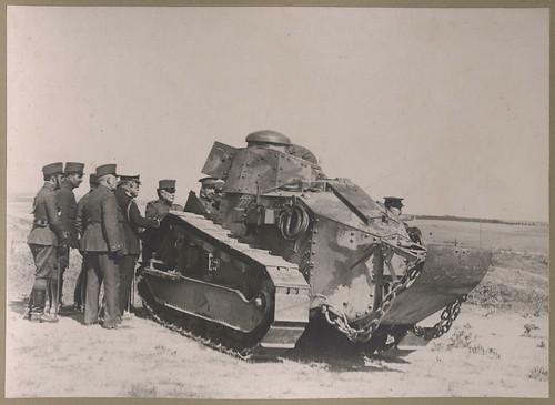 Alfonso XIII observando las maniobras con un carro de combate Renault FT.17