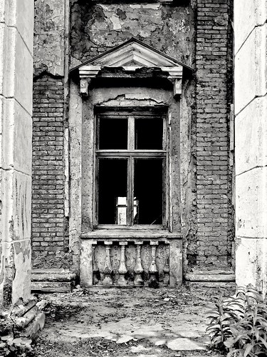 window between columns ©  Sergei F