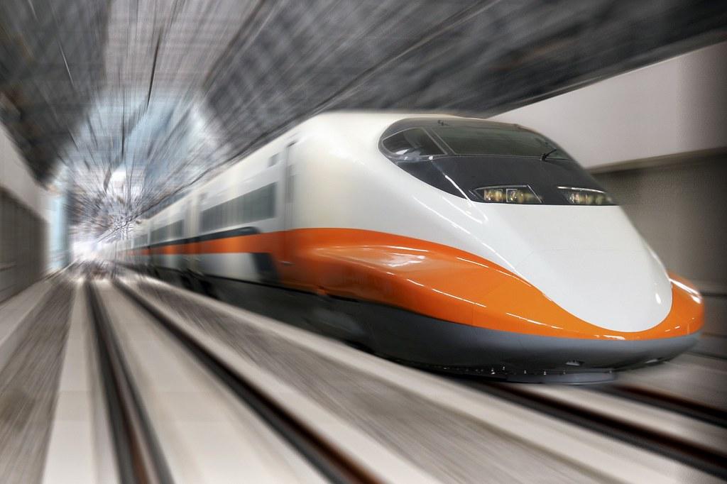圖4 - 在KLOOK線上旅展購買前往台南或高雄的高鐵車票,可享4人同行送24小時租車,每日限量、最多可省約3,000元