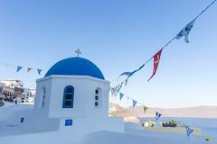 Sehenswert auf Santorin: Kirche mit blauer Kuppel. Urlaub in Griechenland